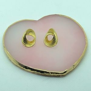 Cute vintage gold tone post earrings